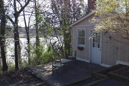 Waterfront Guesthouse near Charlotte Airport - Charlotte
