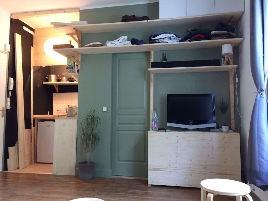 TV, Bureau amovible, étagère et espace cuisine