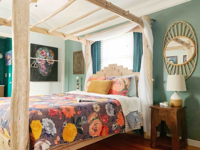 Eclectic room in Bungalow close to downtown ATL
