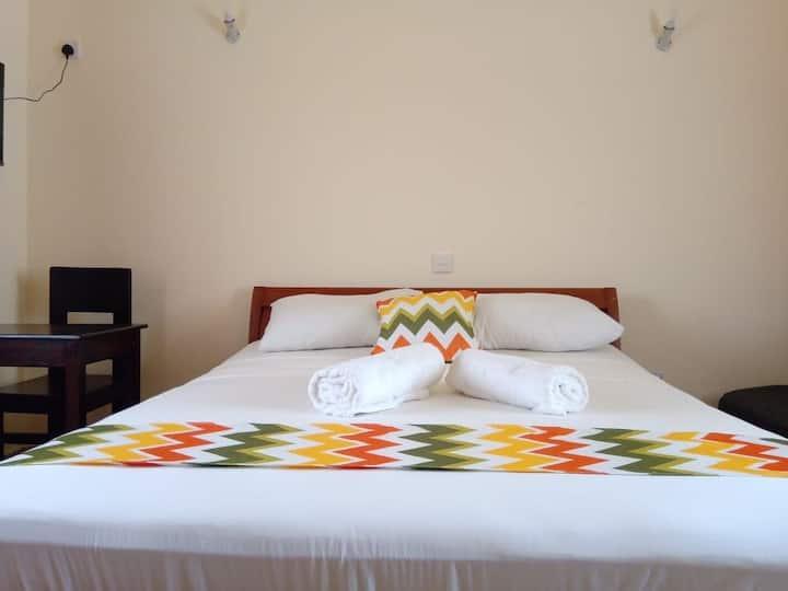 Pazuri Cozy private ensuite room in a villa.