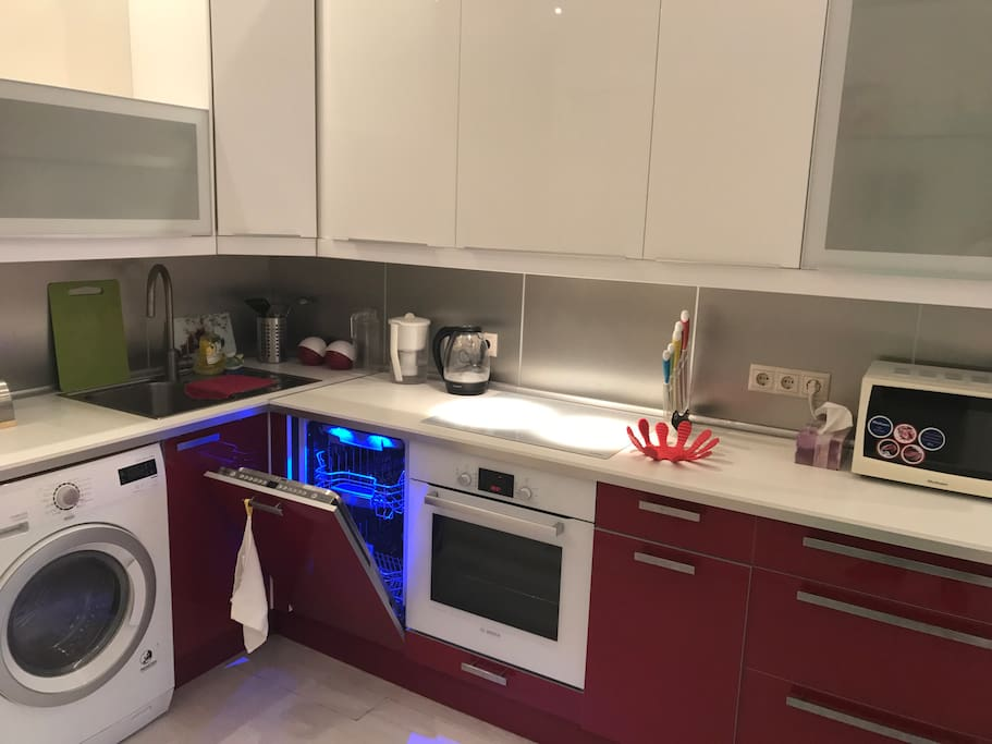 Духовка Bosch, индукционная плита, вытяжка, стиральная машина с сушкой , посудомоечная машина, микроволновка, полностью укомплектованная кухня со столовыми приборами и посудой, чайник