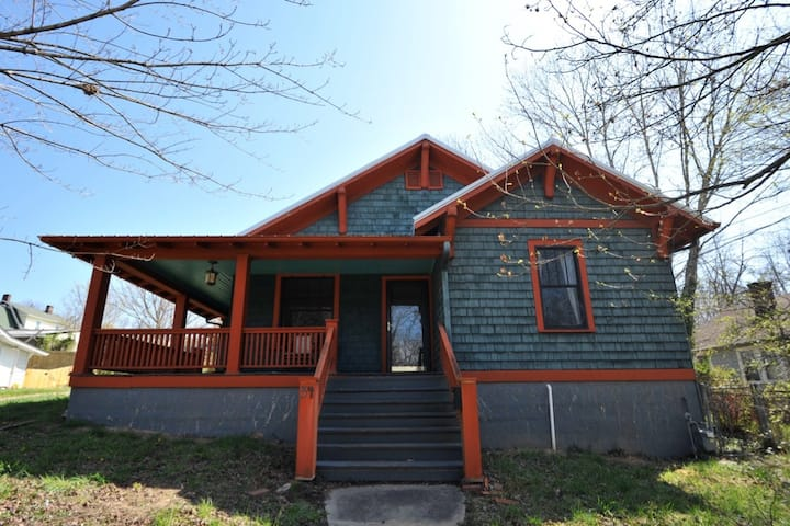 Walkable Bungalow w King and Queen Beds