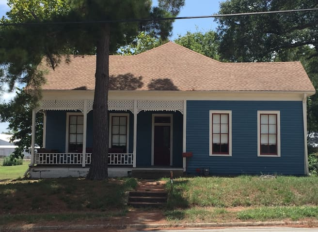 Antique Victorian House updated w/extra parking - Brenham - Huis