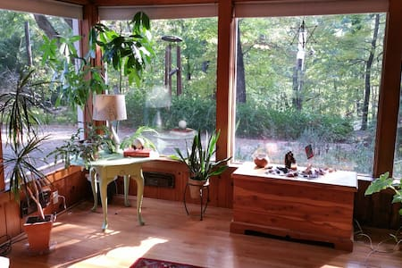Cozy home surrounded by gardens and forest. - Huis