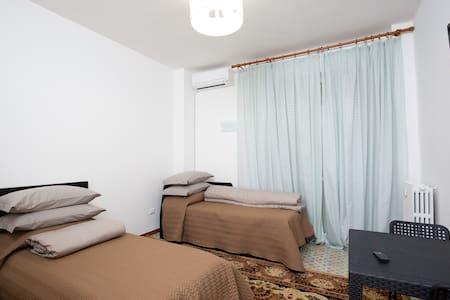 Camera N° 2 in appartamento a Marina Centro