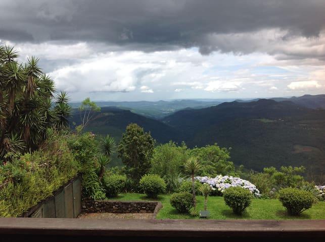 Vale do Quilombo visto do deck do Restaurante Panorâmico