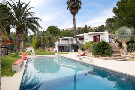 Villa de 420m2 + 1 ha de jardin pour une escapade - Le Castellet