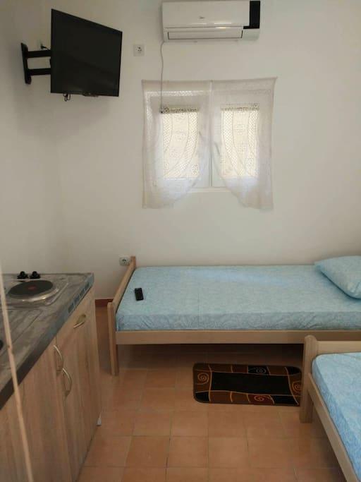 мини-кухня и две односпальные кровати