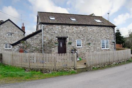 Munty Cottage (W44153)