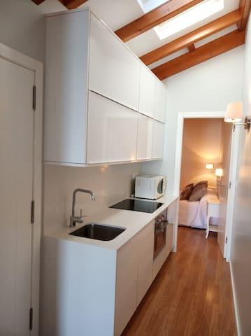 La cocina, pequeña pero totalmente equipada // The kitchen is samll but fully equipped