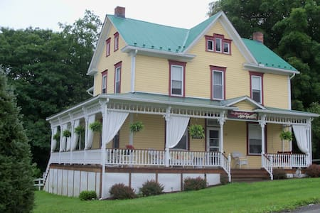 The Gingerbread House Bed & Breakfast Casey's Room - Rockwood