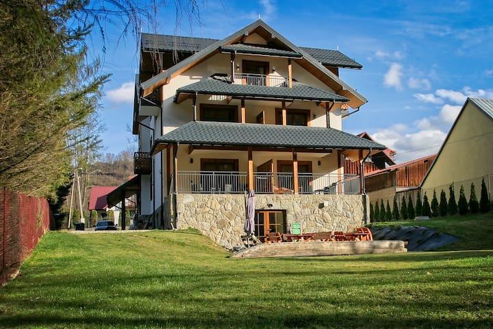 Apartamenty Magia Gór - studio z tarasem i sofą.