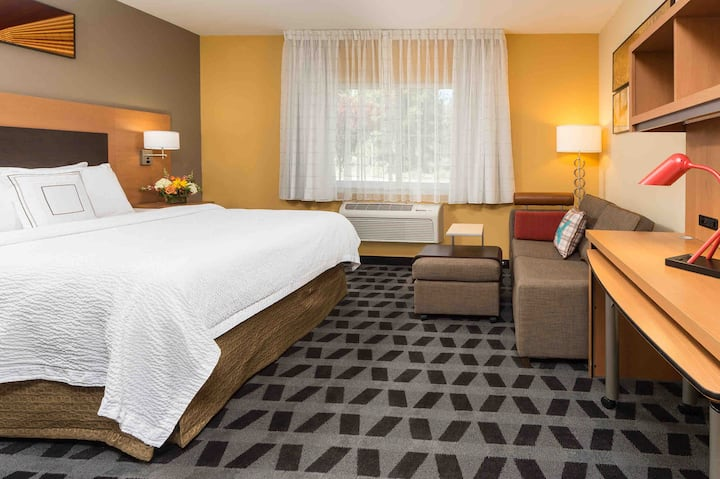 Hotel Queen Suite near the Old Mill District!