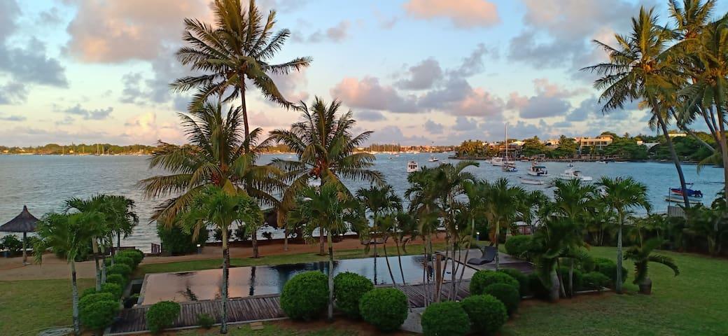 Villa pieds dans l'eau dans résidence de luxe