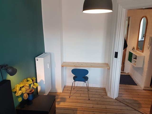 Skrivebord og stol på værelset