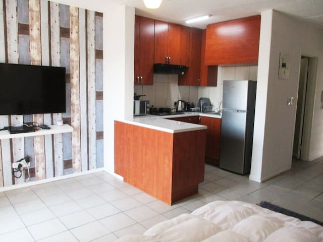 Newly renovated bachelor in Madison Palms West
