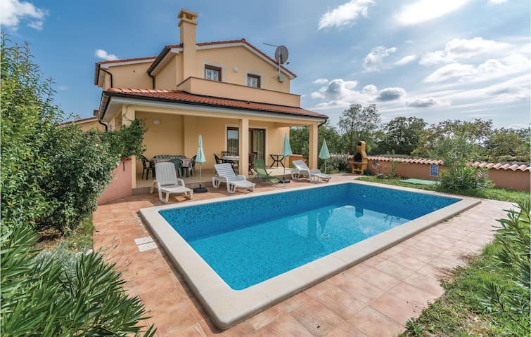Holiday cottage with 4 bedrooms on 130 m² in Krvavici