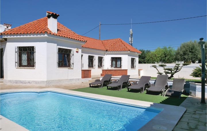 Stunning home in Vinaros with WiFi, 3 Bedrooms and Outdoor swimming pool