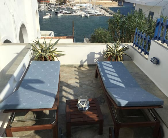 Cycladic house with view at Loutra bay (The Baths) - Loutra - Semesterboende