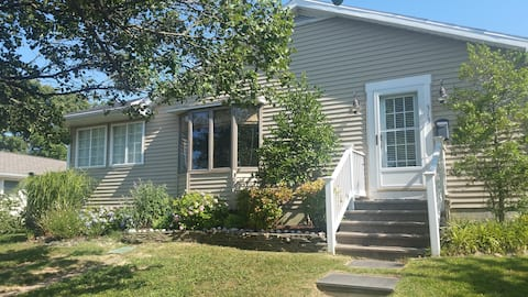 Downtown sfh, private yard, Walk to Everything!