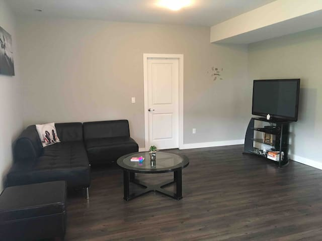 Cozy one bedroom suite close to town!!
