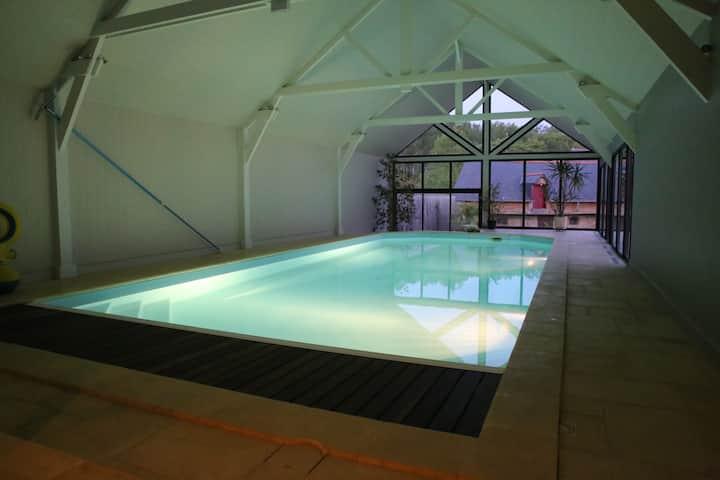 Grande maison avec piscine intérieure