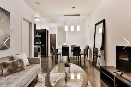 Luxury Modern Condo Downtown MTL+ Free Parking - Montréal - Wohnung