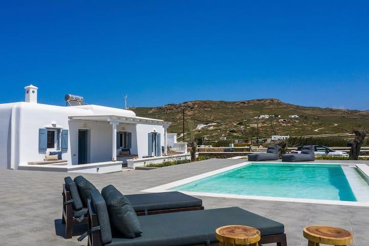 Villa Chic - 4 Bedrooms - Private Pool.