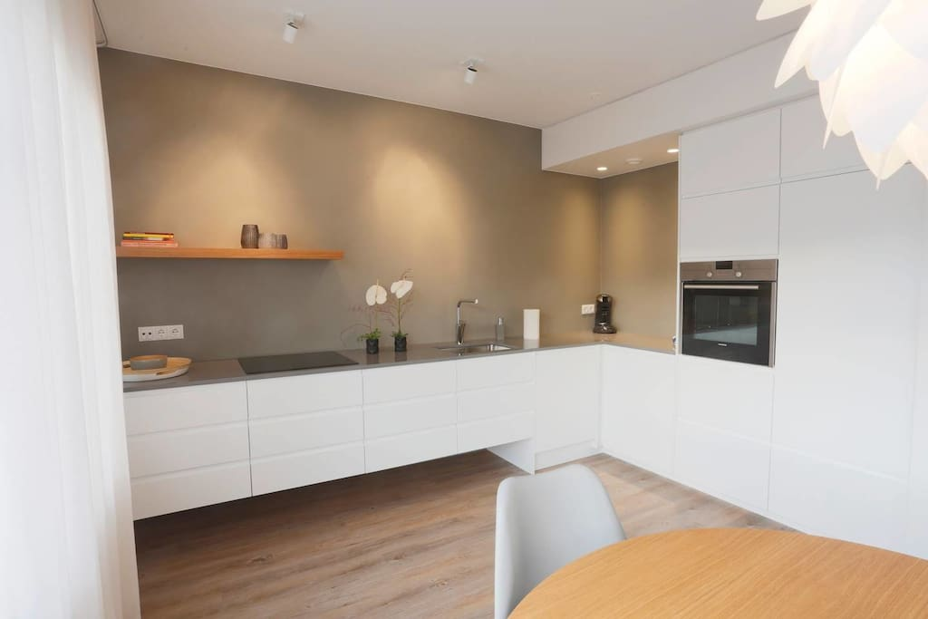 Kitchen area - fully equipped kitchen with dishwasher, coffee machine, oven,...