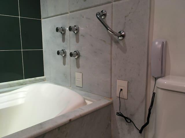 Banheira de imersão com telefone