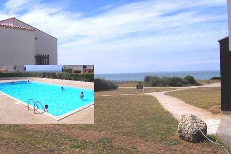 Seaside studio with swimming pool  in Les Minimes