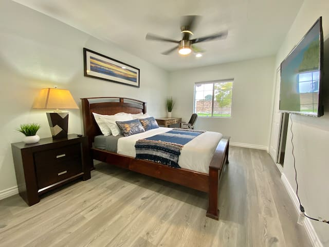 Clean, quiet private room in Orange County