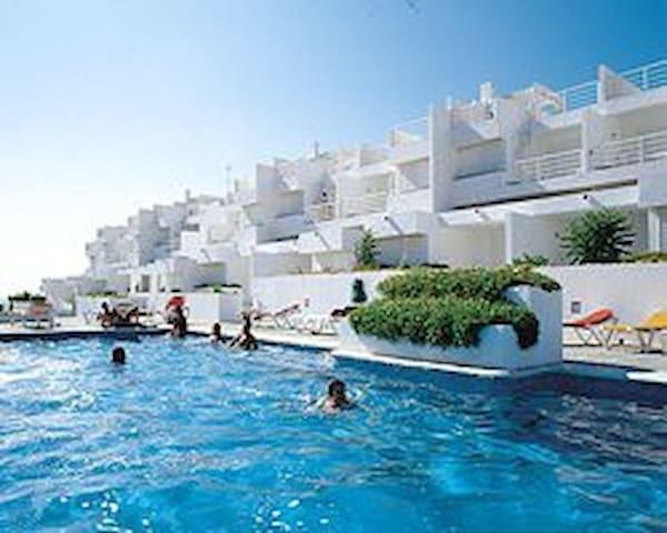 Apartamento en Ibiza con piscina junto al mar