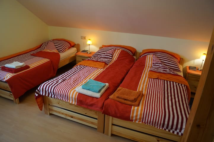 Haus Bergblick - bed & kitchen - FICHTENZIMMER