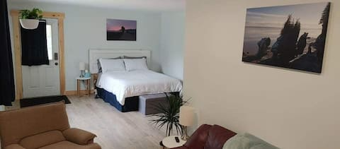 The Bachelor at Big Pine; a bright and cozy suite!