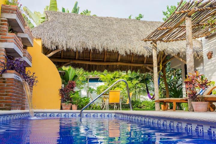 Casa Tropical Nibasan , precioso jardín y alberca