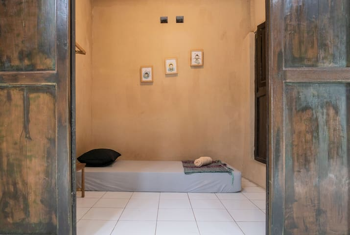Losmanos hostel - single room