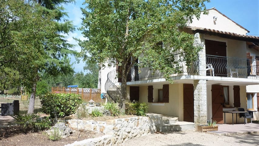 Gîte dans une maison de campagne proche du lac - Montauroux
