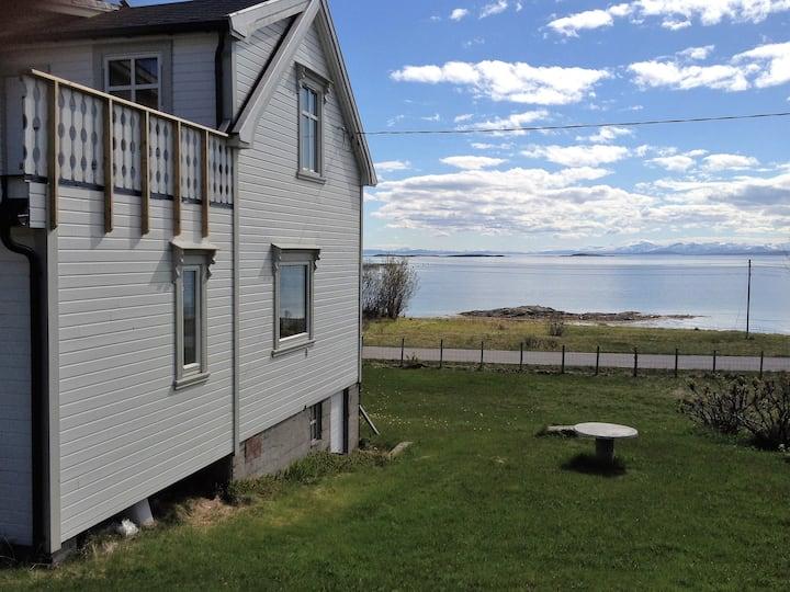 Koselig gammelt hus ved havet på vakre Sør Senja