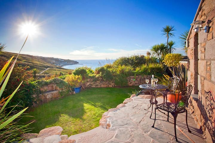The Studio Cottage, with, Sea views, Garden, Amazing Location by beach