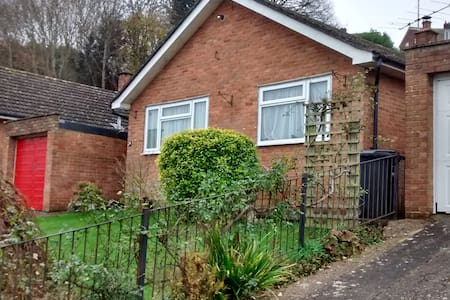 Small quiet room close to Westlands - Yeovil - Huis