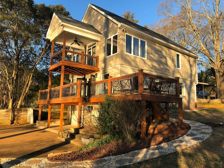 Lake Hartwell home with spectacular sunset views!!