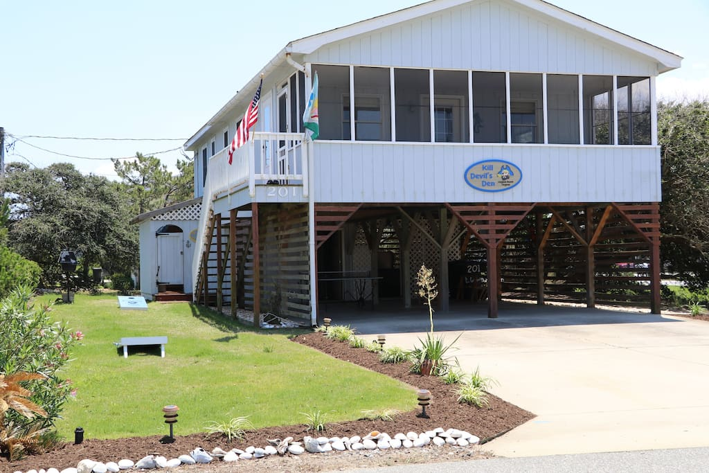 Classic Beach Cottage with Easy Walk to the Beach!