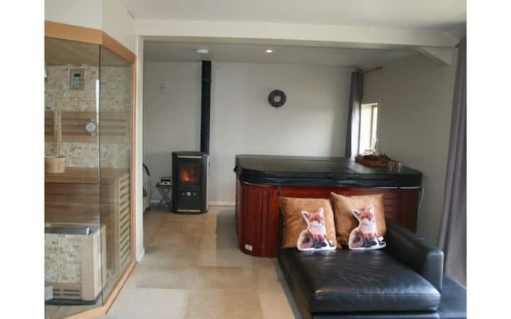 Knusse tweepersoonskamer met privé Wellness faciliteiten (B&B Het Eycken Huys te Poeke).
