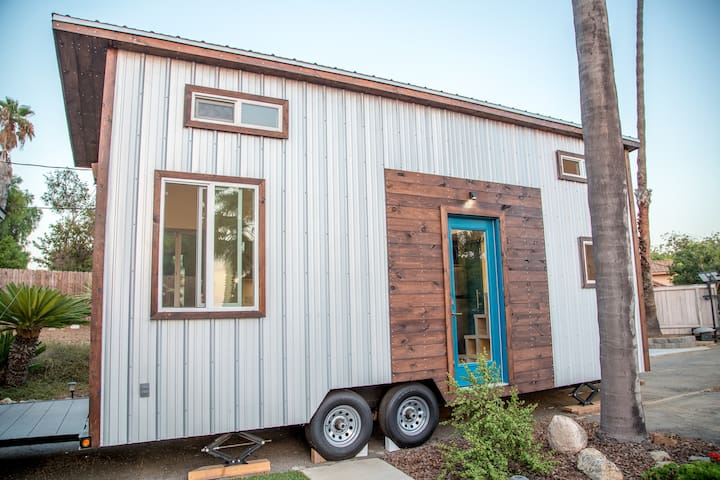 Modern Tiny Home Only 10 Minutes to the Beaches