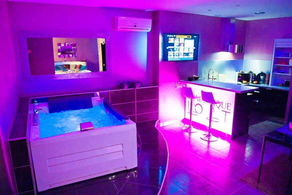 Loft avec lit rond jacuzzi et terrasse privatifs lofts for Chambre de luxe avec jacuzzi belgique