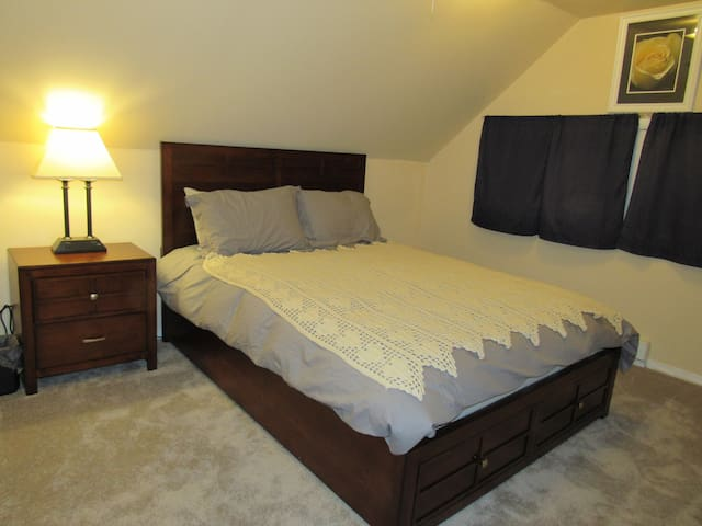 Yellow rose room.  Queen bed with pillow top mattress.  2nd floor must use stairs to access.