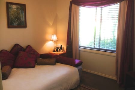 Peaceful Room Close to Everything! - Heidelberg West - Leilighet