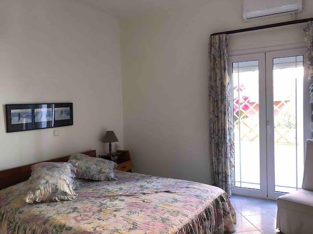Υπνοδωμάτιο 2 με διπλό κρεβάτι /Bedroom  2 with double bed