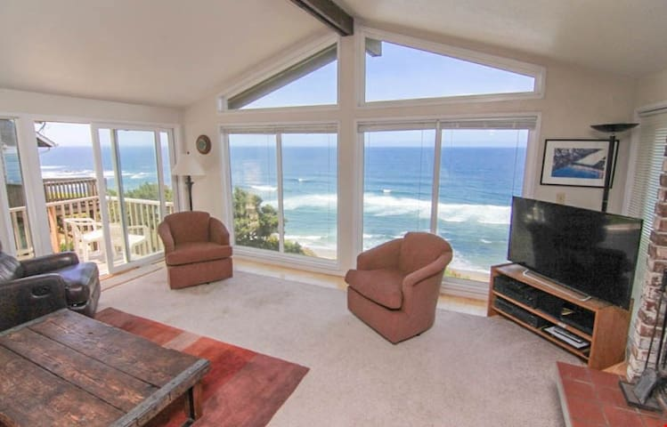 Coastal Canyons - Convenient Location with Spectacular Views in Central Lincoln City